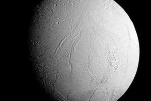 Enceladus počas najbližšieho preletu sondy Cassini.