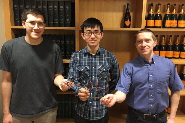 Zľava: Dr. P. Carlsen, Dr. Ziyang Zhang a Dr. Pavol Jakubec – členovia tímu Prof. Myersa, ktorý vyvíjal nové antibiotiká.