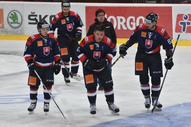 Slovenský reprezentant Marko Daňo (v strede) odchádza z ľadu po faule dánskeho hráča.
