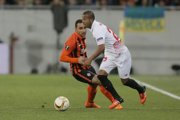 Na snímke vpravo hráč Sevilly Mariano.