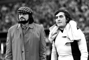 Milan Lasica a Július Satinský počas obľúbenej zábavy, ktorá sa kedysi každý rok konala v Bratislave na Pasienkoch - zápas herci - novinári. 18.9.1972