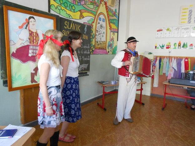 Školník na speváckej súťaži zahral na harmonike a zaspieval.
