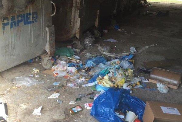 Obyvateľom robí starosti neporiadok okolo smetných nádob
