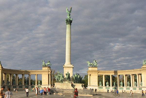 Príchod staromaďarských kmeňov pripomína jazdecké súsošie Arpáda a náčelníkov siedmich kmeňov na Námestí hrdinov v Budapešti.