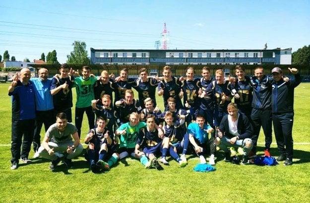 Starší dorastenci FC Nitra oslavovali titul napriek prehre v Bratislave.