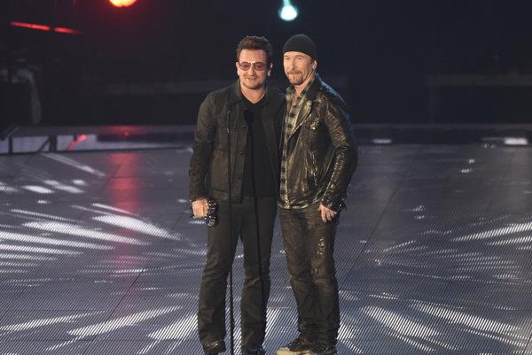 Gitarista The Edge (na fotke vpravo) si preberá cenu so spevákom Bonom.