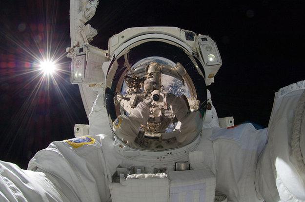 Selfie astronauta Akihiko Hošideho so Slnkom v pozadí.