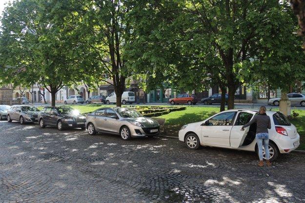 Ľudia na parkujúce autá šomrú.