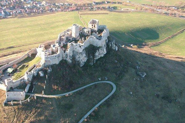Spišský hrad. Mierna zima otvorila jeho brány.
