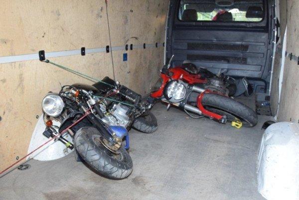 Ukradnuté motocykle v dodávke smerujúcej do Lučenca.
