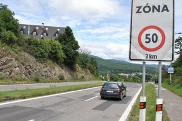 Platí 50 km/h. Polícia znížila rýchlosť od rekreačného strediska Medvedia hora až po rekreačné zariadenie Sĺňava za obcou Klokočov.