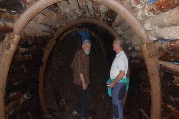 Dlhoročný baník Lívius Tielesch(vľavo) a František Schmidt z horskej služby na Skalke pri obhliadke zavaleného tunela.