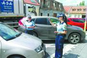 Mestské policajtky pri kontrole parkovacích lístkov na Pekárskej.