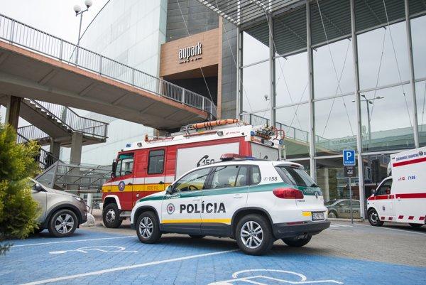 Policajné hliadky, hasičské a záchranné vozidlo pred budovou obchodného centra Aupark.