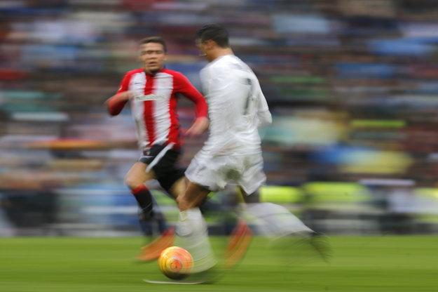 Cristiano Ronaldo (vpravo) si myslí, že už teraz nezmazateľne patrí do dejín.