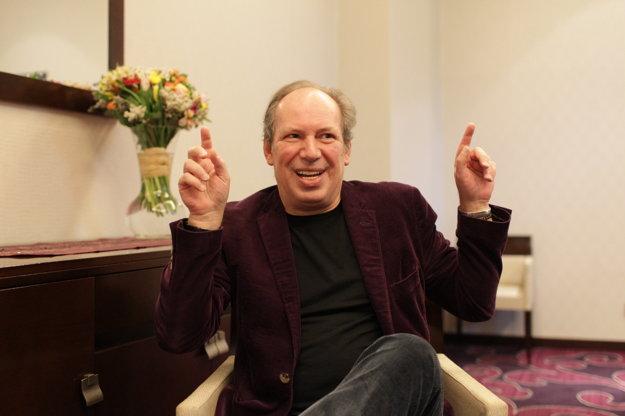 Hans Zimmer dnes 5.5. mája vystúpi v Bratislave. Jeho hudbu počujeme v Levom kráľovi, Gladiátorovi, Rain Manovi, Pirátoch z Karibiku, či trilógii o Temnom rytierovi. Hans Zimmer zložil soundtrack k viac, než stovke príbehov. Oscara má za Levieho kráľa.