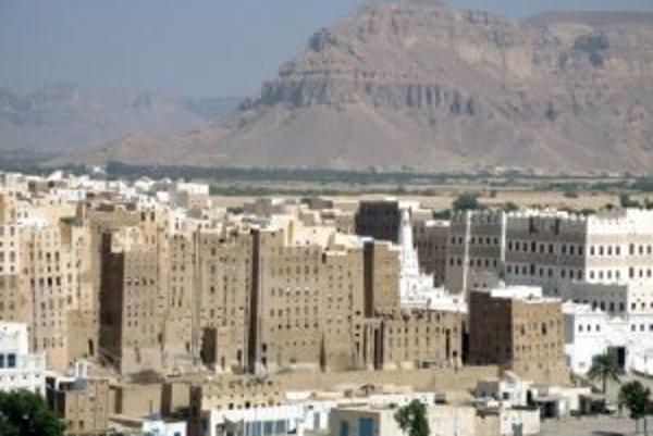 Jemenské mesto Šibam je celé postavené z hliny. Jeho vežiaky dosahujú výšku až tridsať metrov a väčšina z nich pochádza zo 16. storočia.