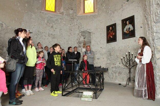 Priestormi hradu sprevádzala turistov po celý deň samotná Žofia Bosniaková.