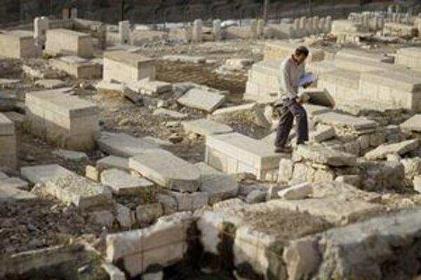 Muž zobral kus mramorovej rímsy zrejme na jednom z fakultatívnych výletov.