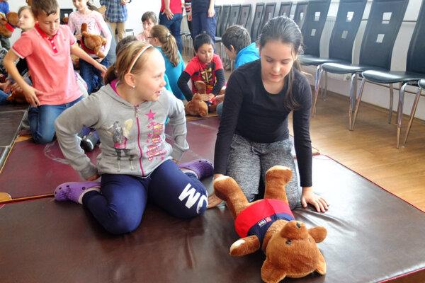 Hovoriaci macko Miško pomáha deťom naučiť sa základy prvej pomoci.