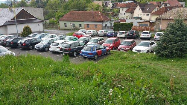 A takto zas vyzeralo parkovisko, v ktorom sa za parkovné neplatí.