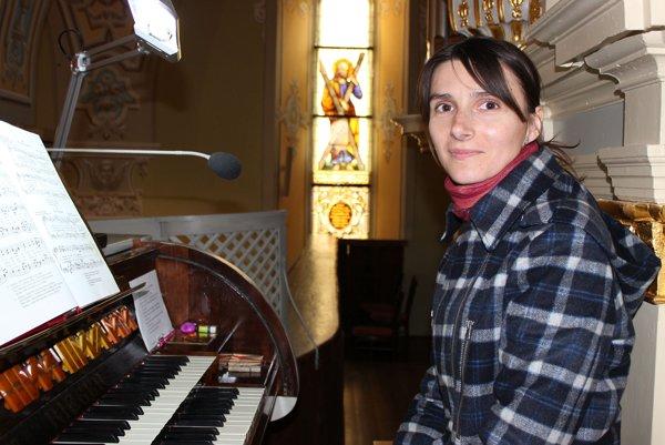 Jana Janejková - organistka vo farskom Kostole Narodenia Panny Márie vTrenčíne.