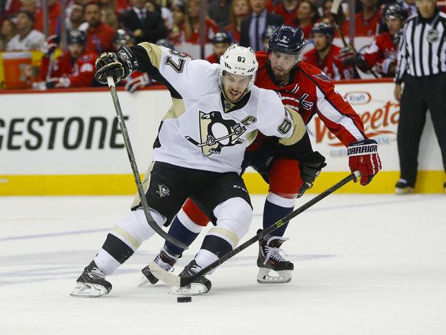 Crosby (vpredu) môže Hartovu trofej získať tretíkrát v kariére.