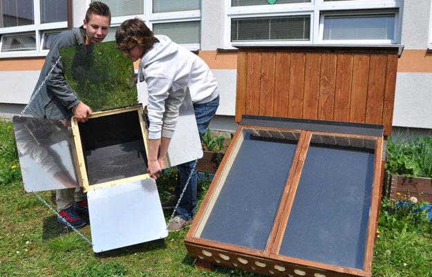 Solárnu pec treba správne nasmerovať oproti slnku. Vpravo je sušička.