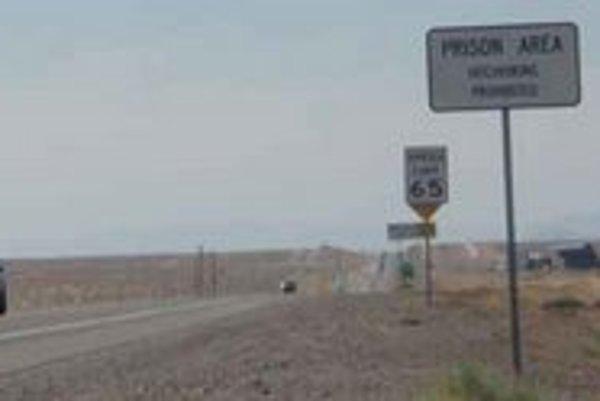 Zákaz autostopu, v blízkosti je väznica.