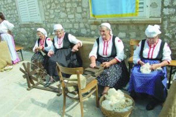Obyvatelia Rabu sa počas fjery aj v sezóne obliekajú do dobových kostýmov a buď sú súčasťou vystúpení, alebo predávajú svoje vlastné výrobky na trhoch.