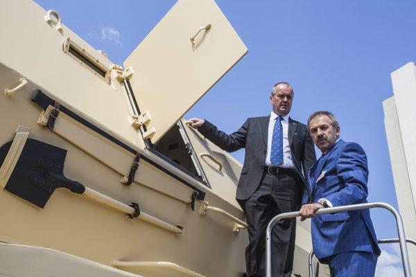 Minister obrany SR Peter Gajdoš a generálny riaditeľ DMD Group Viliam Dubovický na novej húfnici Diana.