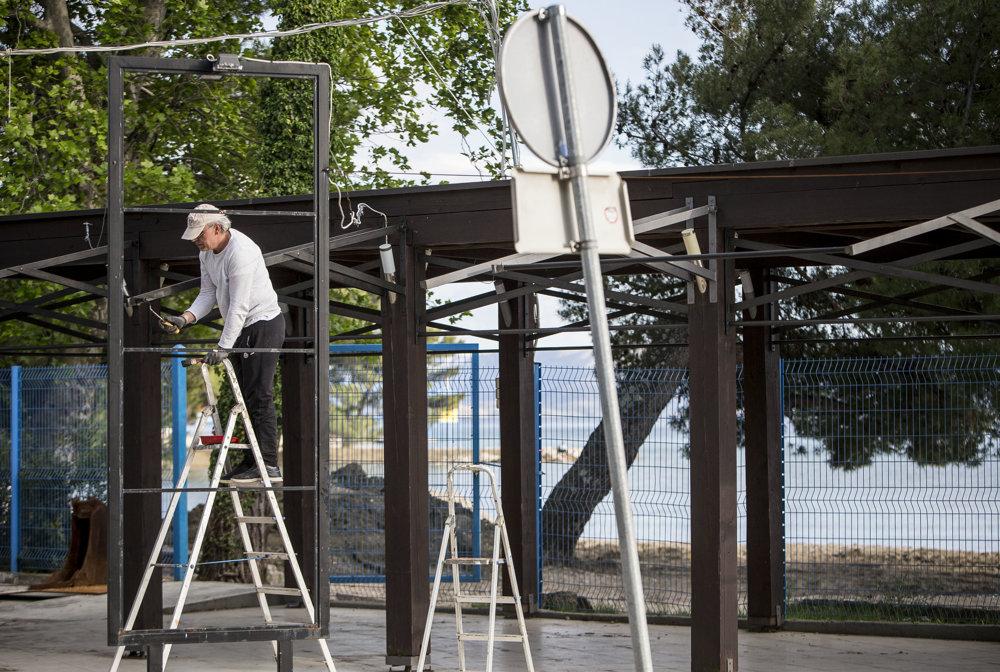 Aj takto prebieha príprava na sezónu pri pláži v známom turistickom centre Crikvenica.