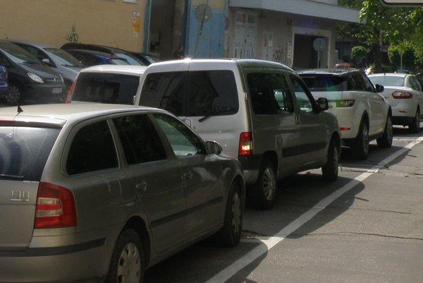 Po vyznačení parkovacích miest by malo byť pre vozidlá viac miesta.