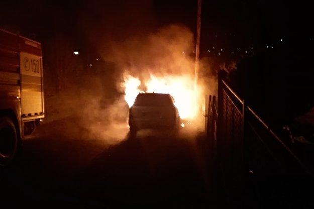 Požiar sa okamžite rozšíril po celej prednej časti auta.