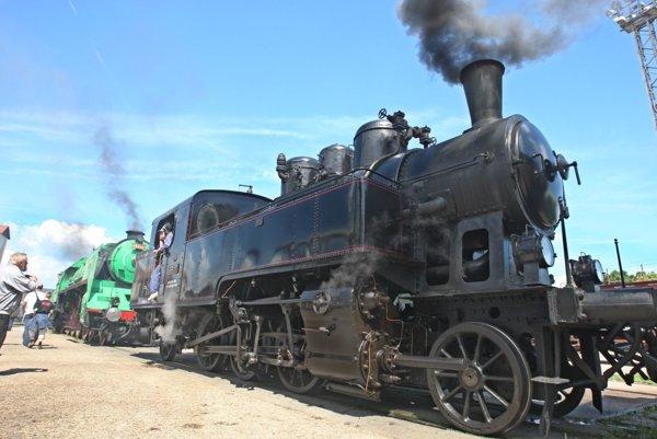 Vďaka dobovému vlaku môžu návštevníci obísť Zvolen aj Banskú Bystricu.