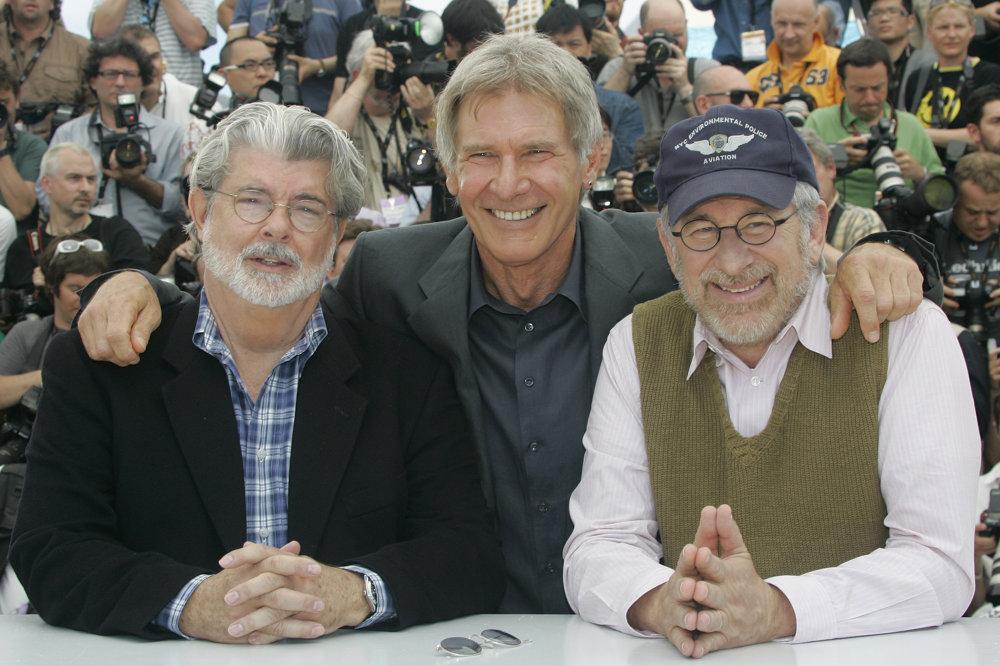 George Lucas, Harrison Ford, a režisér Steven Spielberg pred premiérou Indiana Jonesa v roku 2008.