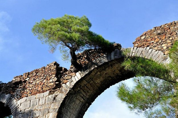 Vnútrozemie Lesbosu ukrýva napríklad aquaduct Moria.