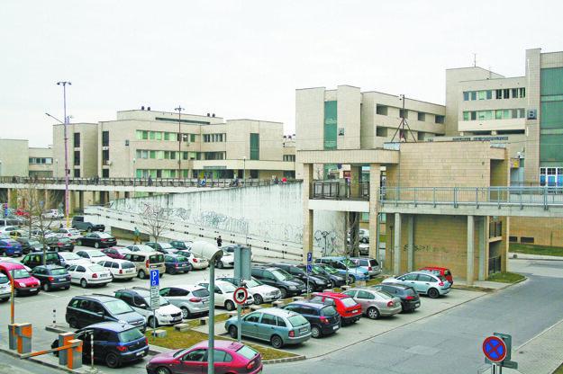 Počas dňa je parkovisko väčšinou plné.
