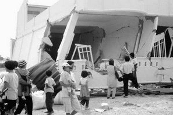 Otrasy zeme zničili stovky budov, ľudí bez domova uchýlili do vojenských stanov.