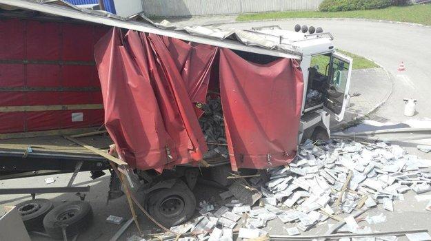 Z kamióna sa vysypal aj náklad.