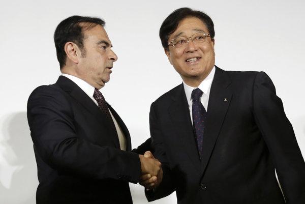 Šéf Nissan Motor Co. Carlos Ghosn (vľavo) a riaditeľ Mitsubishi Motors Corp. Osamu Masuko.