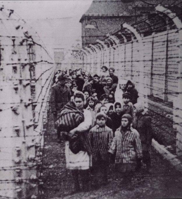 Oslobodenie Osvienčimu. V stred Eva, vpravo Miriam.