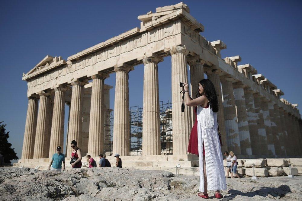 Chrámom Partenón na Akropole v Aténach.