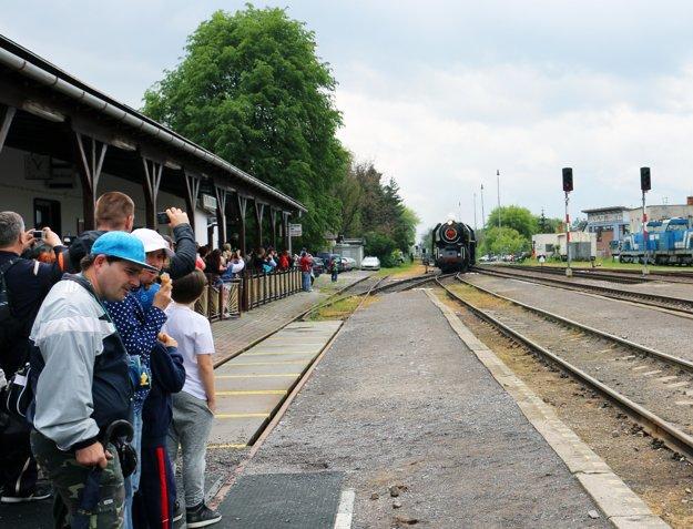 Historická lokomotíva vchádza do prievidzskej stanice.