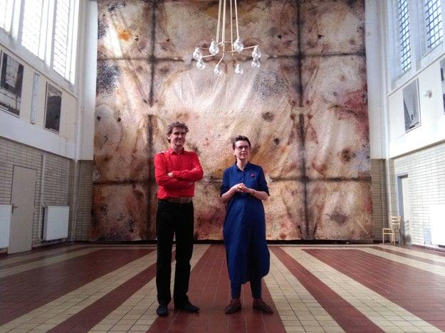 František Skála so Zuzanou Bodnárovou v staničnej hale, ktorá je zároveň umeleckým centrom a miestom rezidencií výtvarníkov.