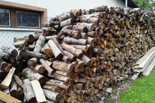 Mestské lesy darujú štiepané drevo sociálne slabším rodinám.
