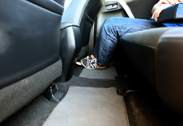 Priestor pre kolená pasažierov, sediacich vzadu je slušný. Potešila aj takmer rovná podlaha.