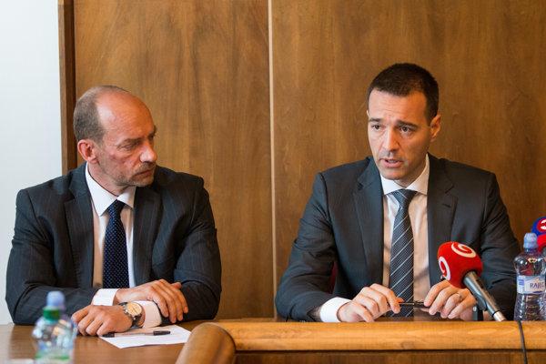 Nový riaditeľ Všeobecnej zdravotnej poisťovne Miroslav Kočan a minister zdravotníctva Tomáš Drucker.