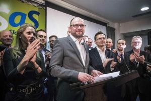 V SaS sú rozdielne názory, členovia strany však rozkol zatiaľ vylučujú.