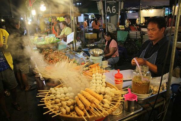 Thajská kuchyňa je známa ostrou a korenistou chuťou. Okrem čili či karí jej chuť dotvárajú kokosové mlieko a čerstvé bylinky.